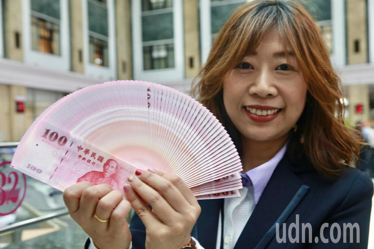 中央銀行準備了5735億的新鈔供民眾春節兌換。記者黃義書/攝影