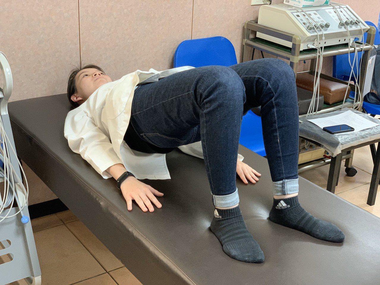 第二招「拱橋運動」,是平躺,屈膝,雙手放置兩側。吸氣,同時以腰部、腹部、背肌力量...