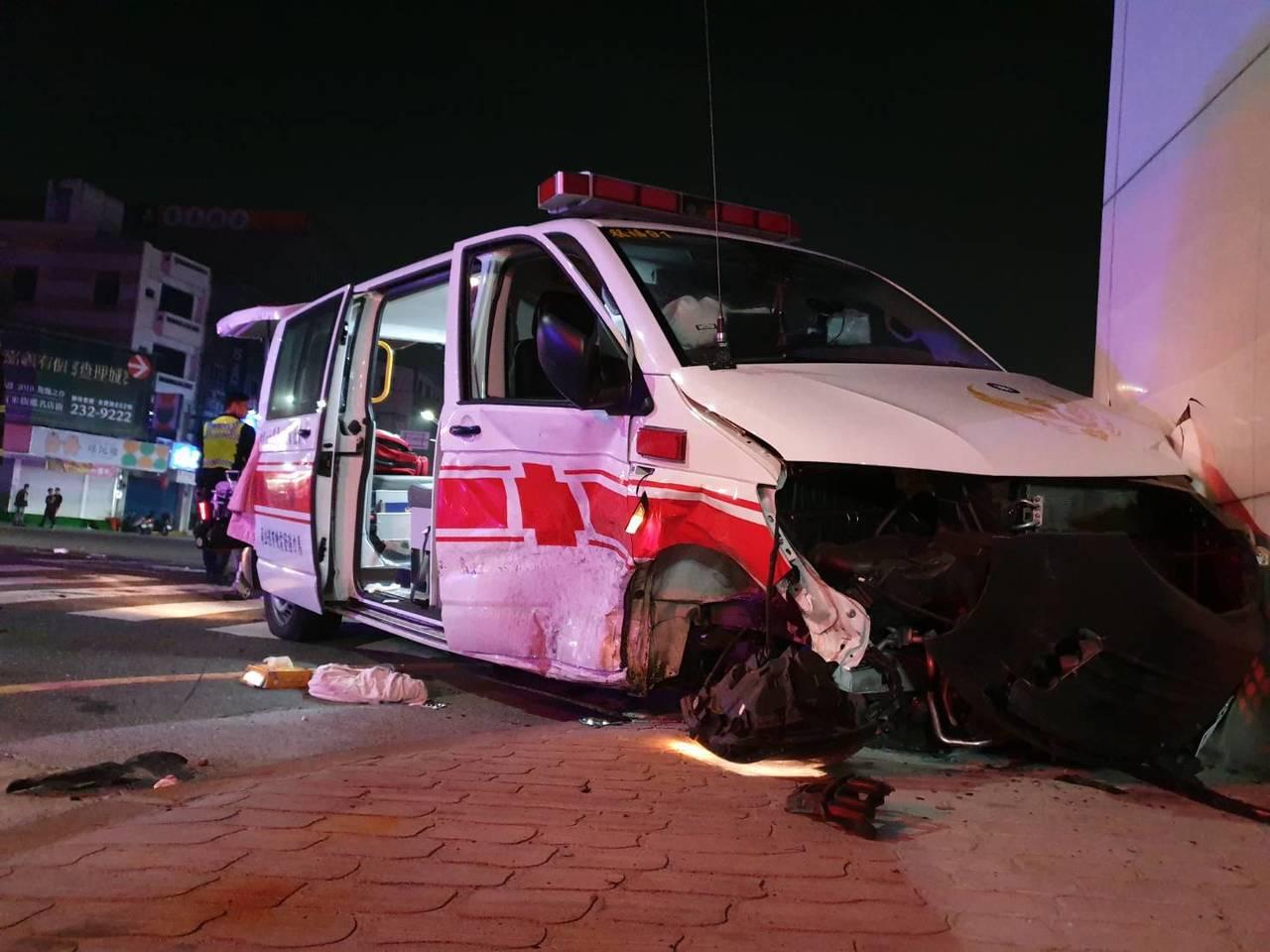 嘉義救護車被撞,造成7人受傷。記者李承穎/翻攝