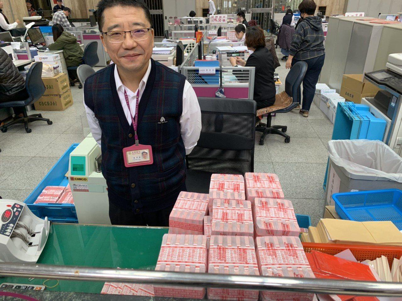 國人喜歡用大紅色的100元新鈔包紅包,台銀營業部備妥大量百元新鈔供民眾更換。圖/...