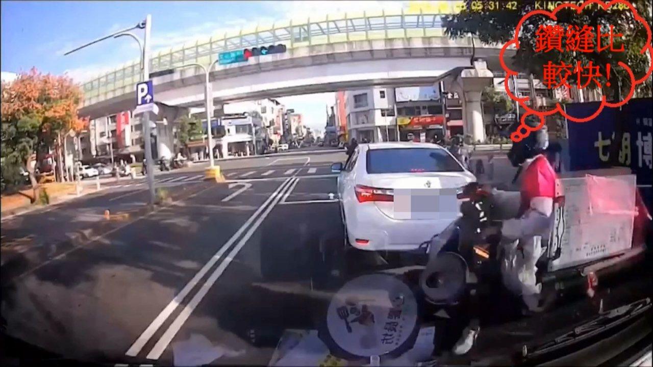 外送員為搶快送餐,驚險鑽車縫發生事故。圖/台中市警察局第五分局提供