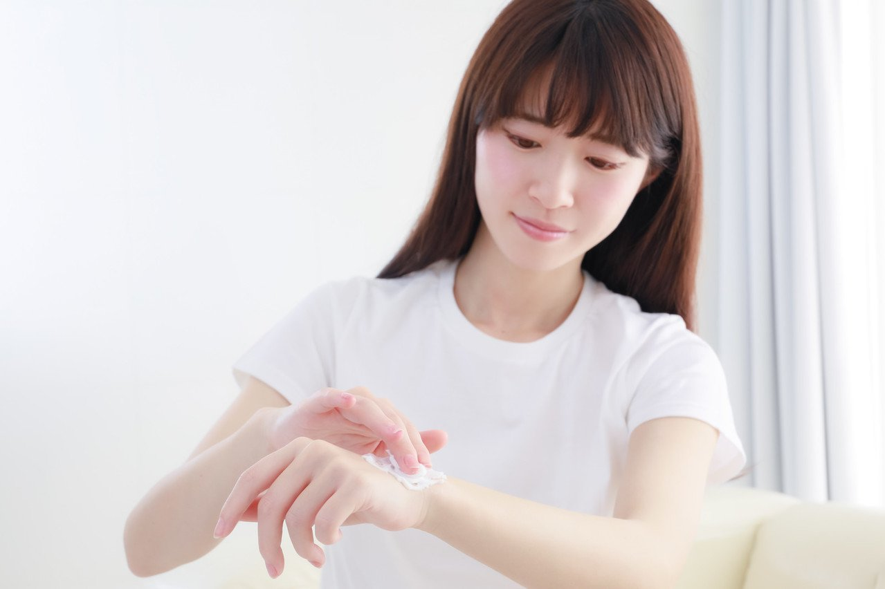 女人們,冬天更要好好保養身體肌膚。圖/摘自pakutaso