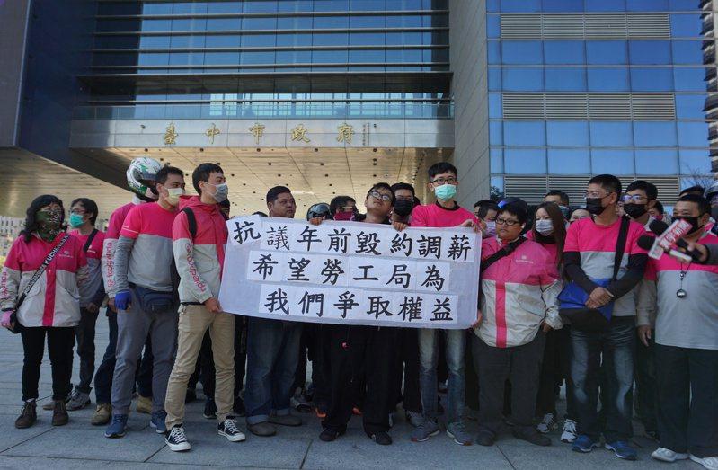超過60名foodpanda熊貓外送員齊聚台中市政府,抗議總公司無預警調整外送費單價,等於過年前變相砍薪水。記者洪敬浤/攝影