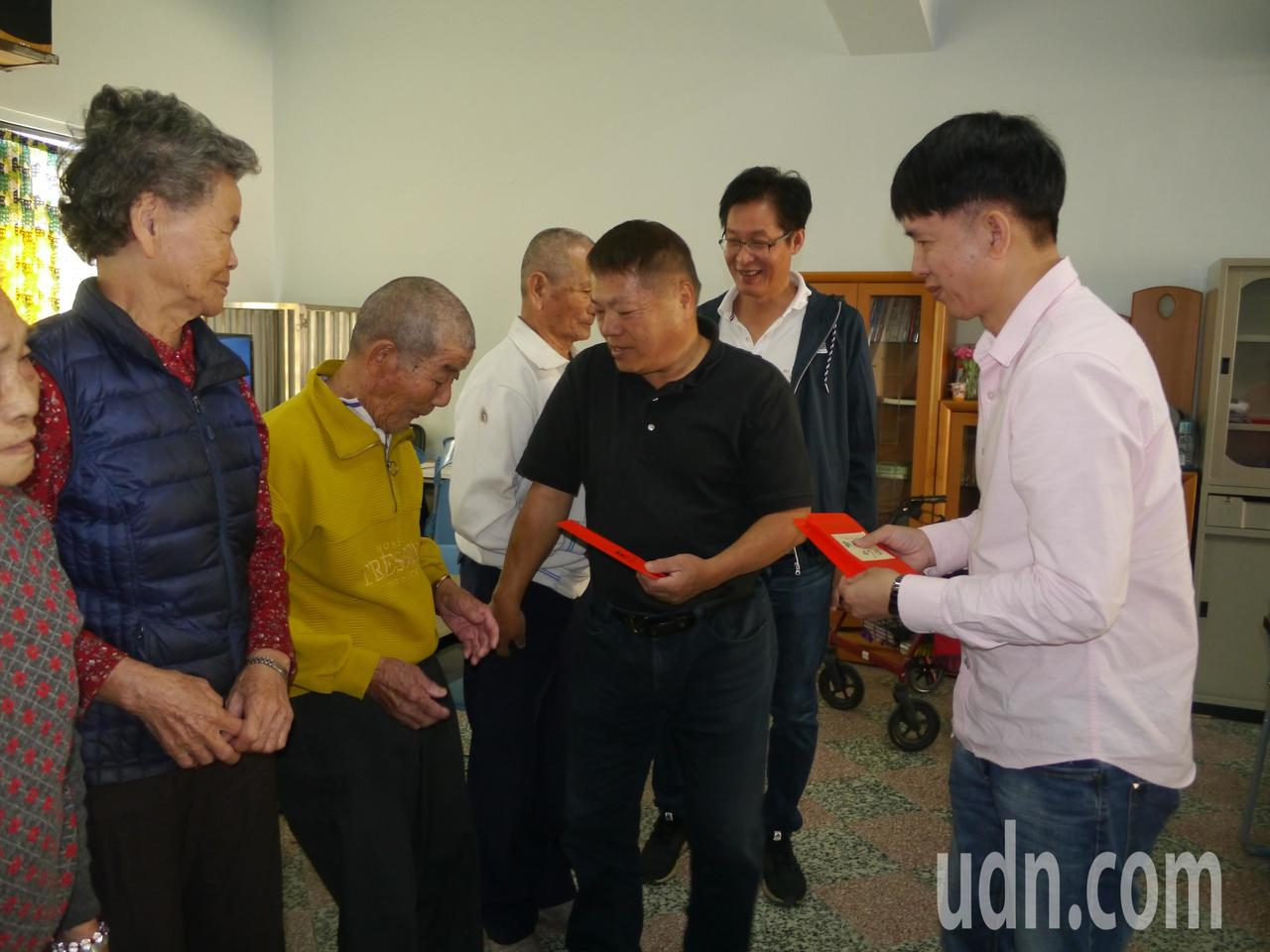 北兆重工集團董事長廖燿堂(右二)返鄉發紅包給家鄉長輩。記者徐白櫻/攝影
