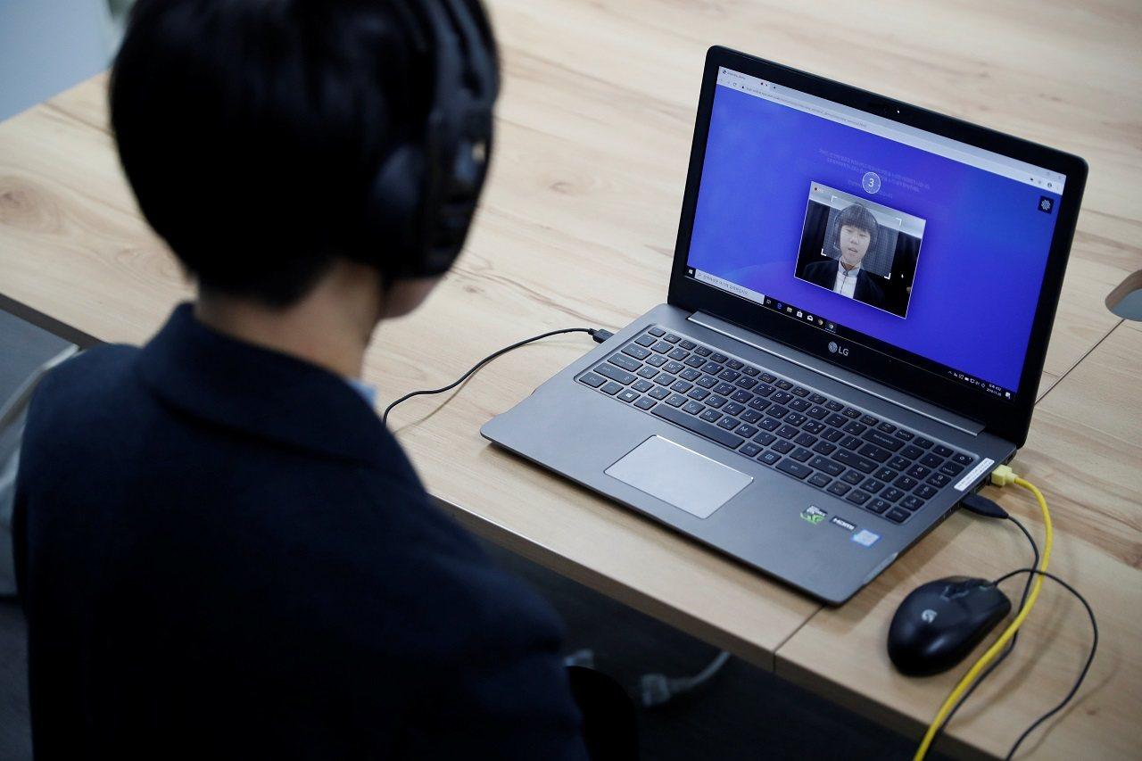 南韓大學生金錫禹(音譯)向記者展示人工智慧(AI)面試軟體,攝於2019年11月...