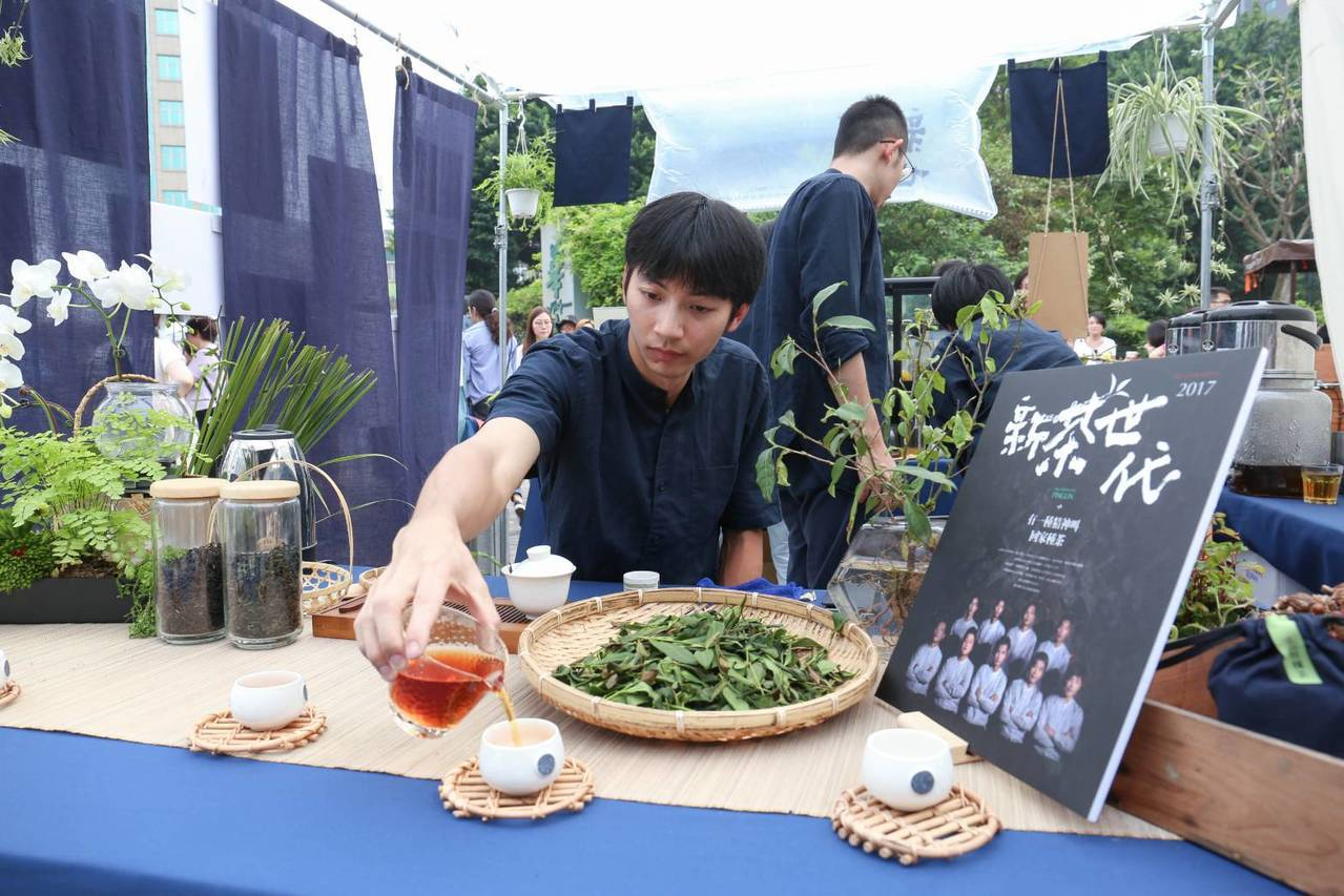 去年奪得全國製茶技術競賽冠軍的坪林青農翁治源,今年31歲、擁有電機碩士學歷,5年...