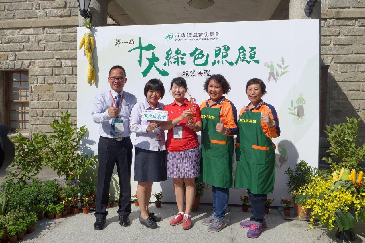 深坑區農會的家政指導員蔡麗智(左二),在農會服務超過30年,農會在社區成立關懷據...