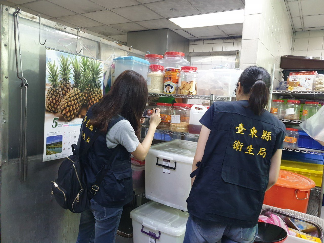 台東縣衛生局稽查人員前往16鄉鎮市,進行年節食品抽驗。圖/台東縣衛生局提供