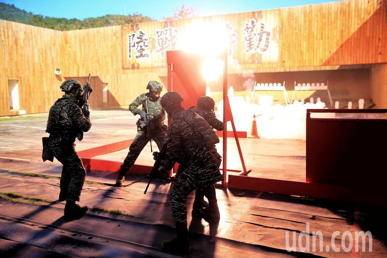國軍109春節加強戰備上午由海軍兩棲偵搜大隊進行應用射擊項目,四人小隊交叉掩護前...