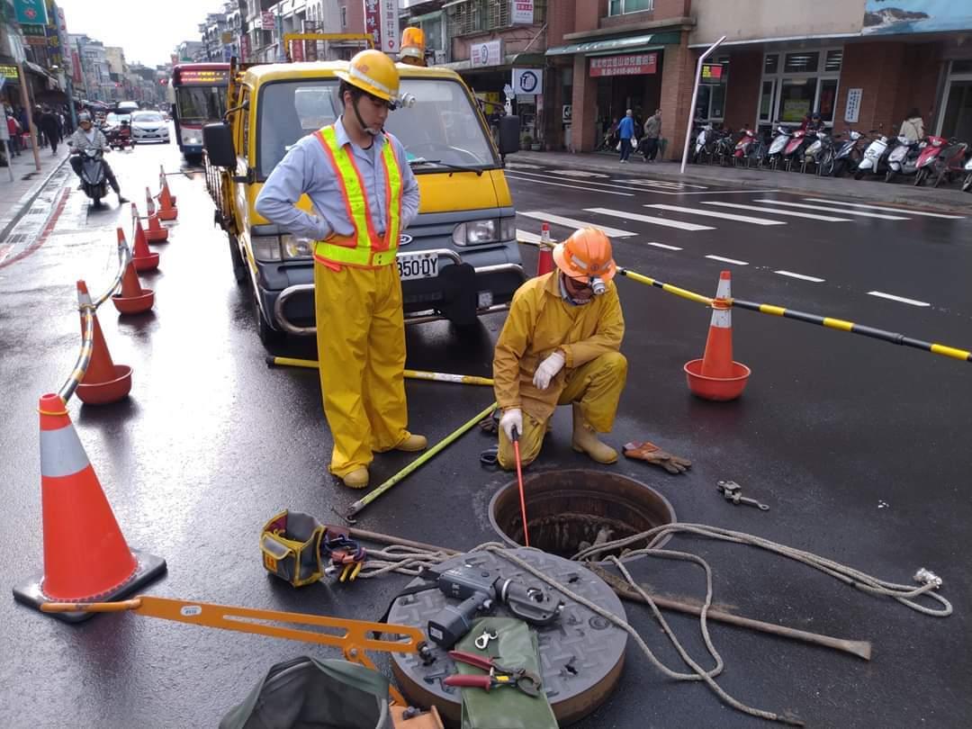 萬里地震有災情,電纜短路燒毀台電搶修。圖/金山區公所提供