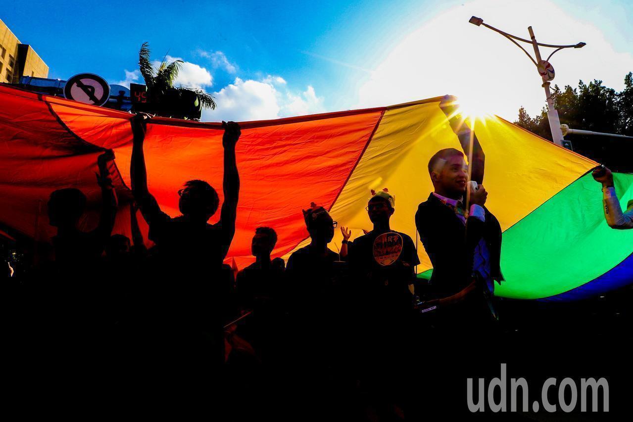 行政院長蘇貞昌今感謝民進黨團的委員,在推動婚姻平權上的共同努力,沒有退縮,堅持對...