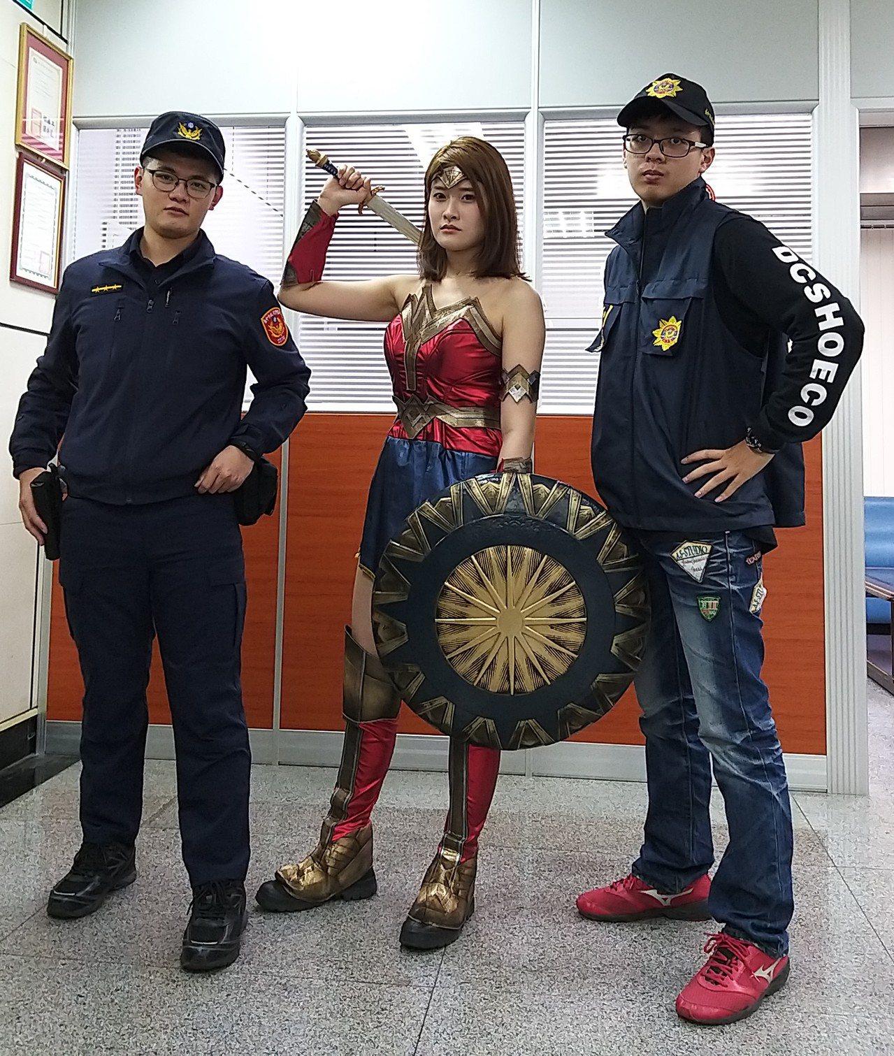 台中市第二警分局育才所女警周瑜(中)化身「神力女超人」,拍攝創新的防搶演練宣導短...