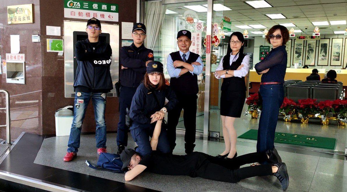 台中市第二警分局拍攝創新的防搶演練宣導短片。圖/台中市警察局第二分局提供