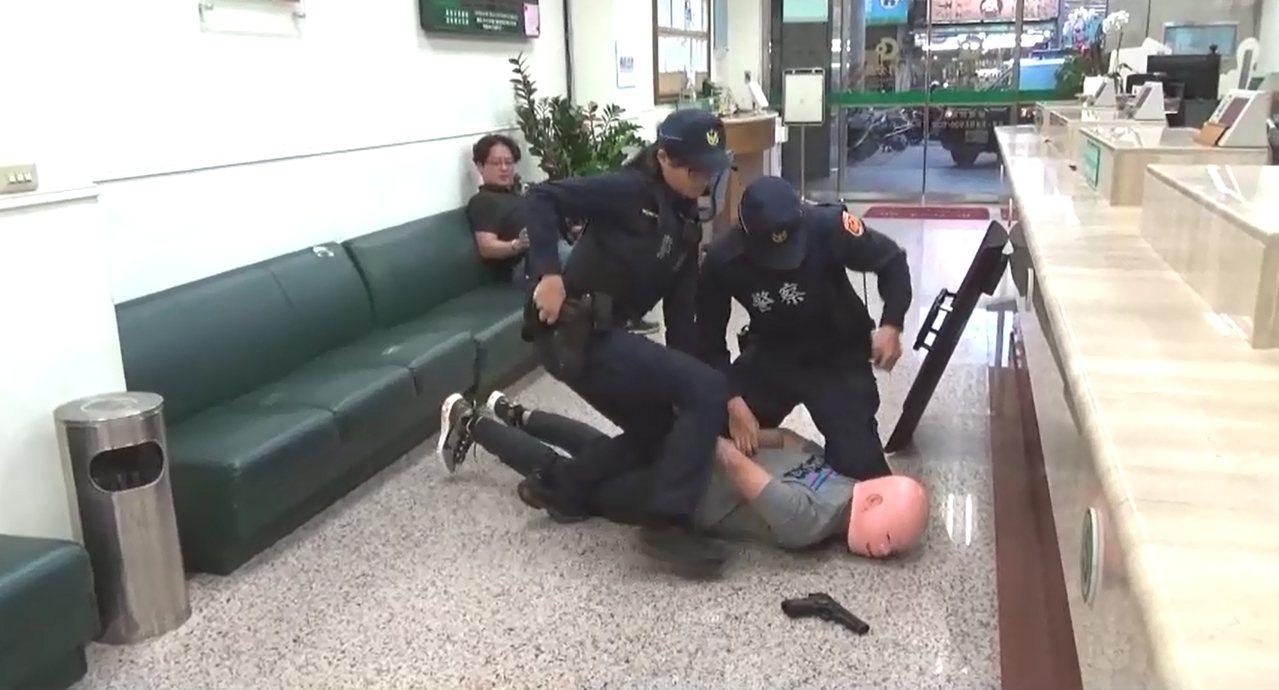 台中市第五警分局以虛擬網紅「追夢人」,創意拍攝防搶宣導短片。圖/台中市警察局第五...