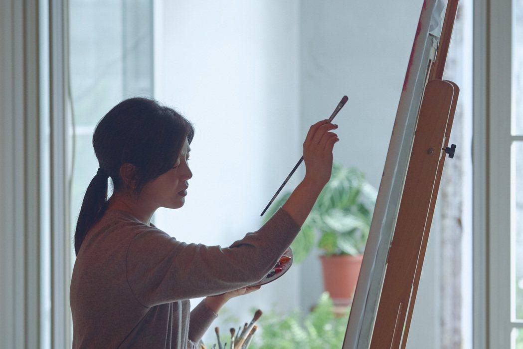 陳妍希在「不可惜」MV中展現繪畫才藝。圖/EMI提供