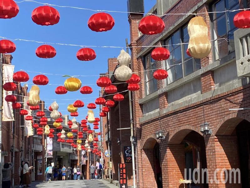 宜蘭園區被譽為全臺灣最有年味的地方,今年以上千盞燈籠裝飾,推出「傳藝燈籠節-燈來鬥陣過好年」系列活動。記者羅建旺/攝影