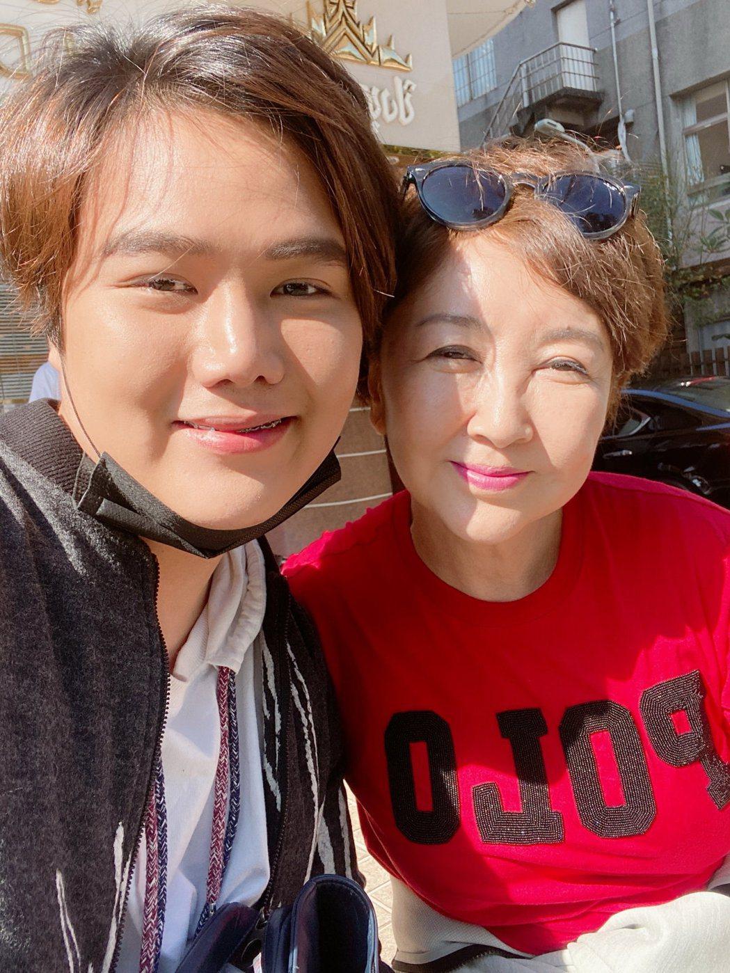 蘇友謙(左)和南韓老牌歌手桂銀淑認為乾母子。圖/友恆國際提供