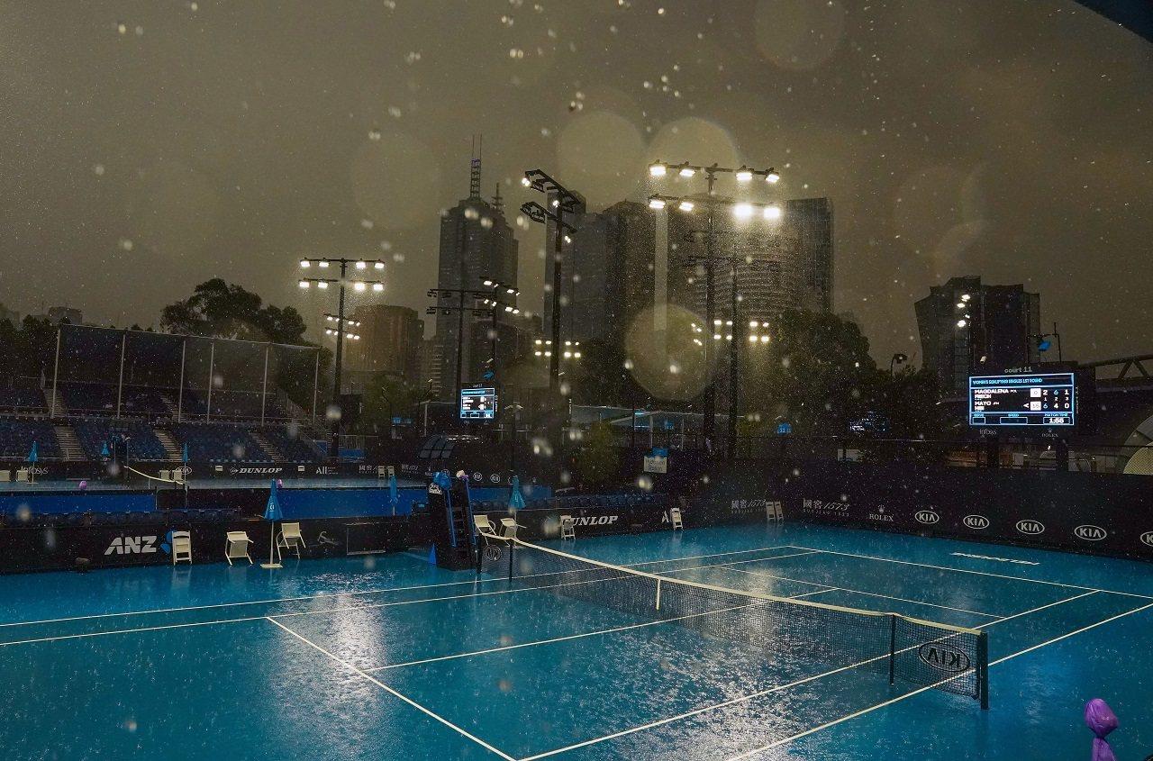澳洲墨爾本的澳洲網球公開賽會場15日降下久違的大雨。氣象單位指出,新南威爾斯省和...