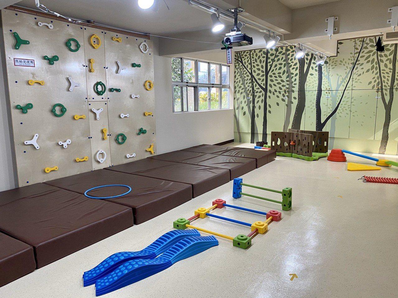 「原野教室」有一片攀岩牆和感覺統合遊具,充分滿足孩子攀爬、奔跑、跳躍以及四處探索...