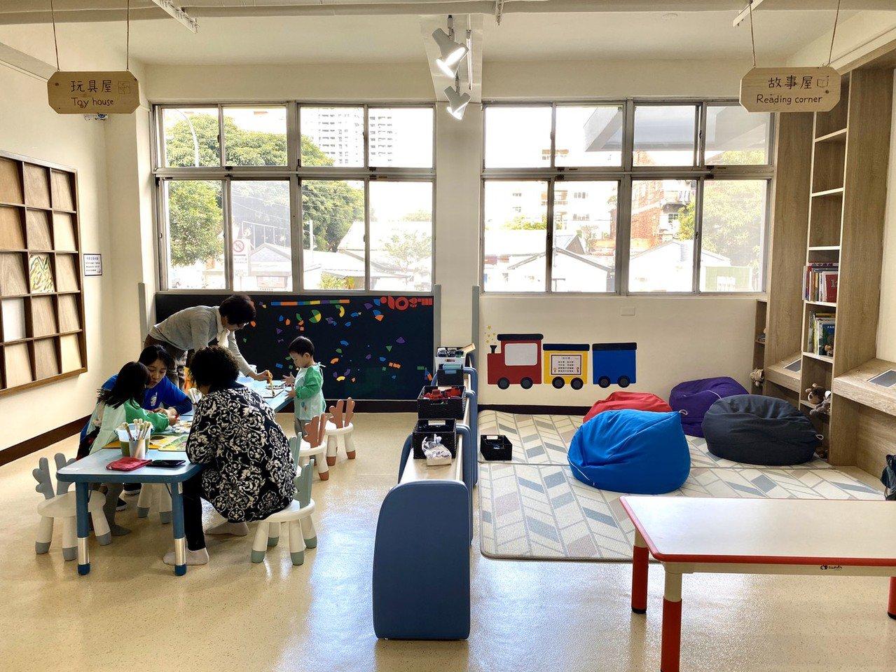 啟發孩子益智的「玩具屋」及運用數位延伸鼓勵親子共讀的「故事屋」。記者魏莨伊/攝影