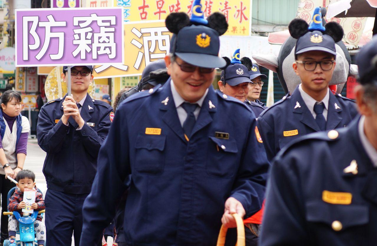 義警、民防人員也配合戴上像米老鼠的大耳朵頭飾參與踩街。圖/警方提供