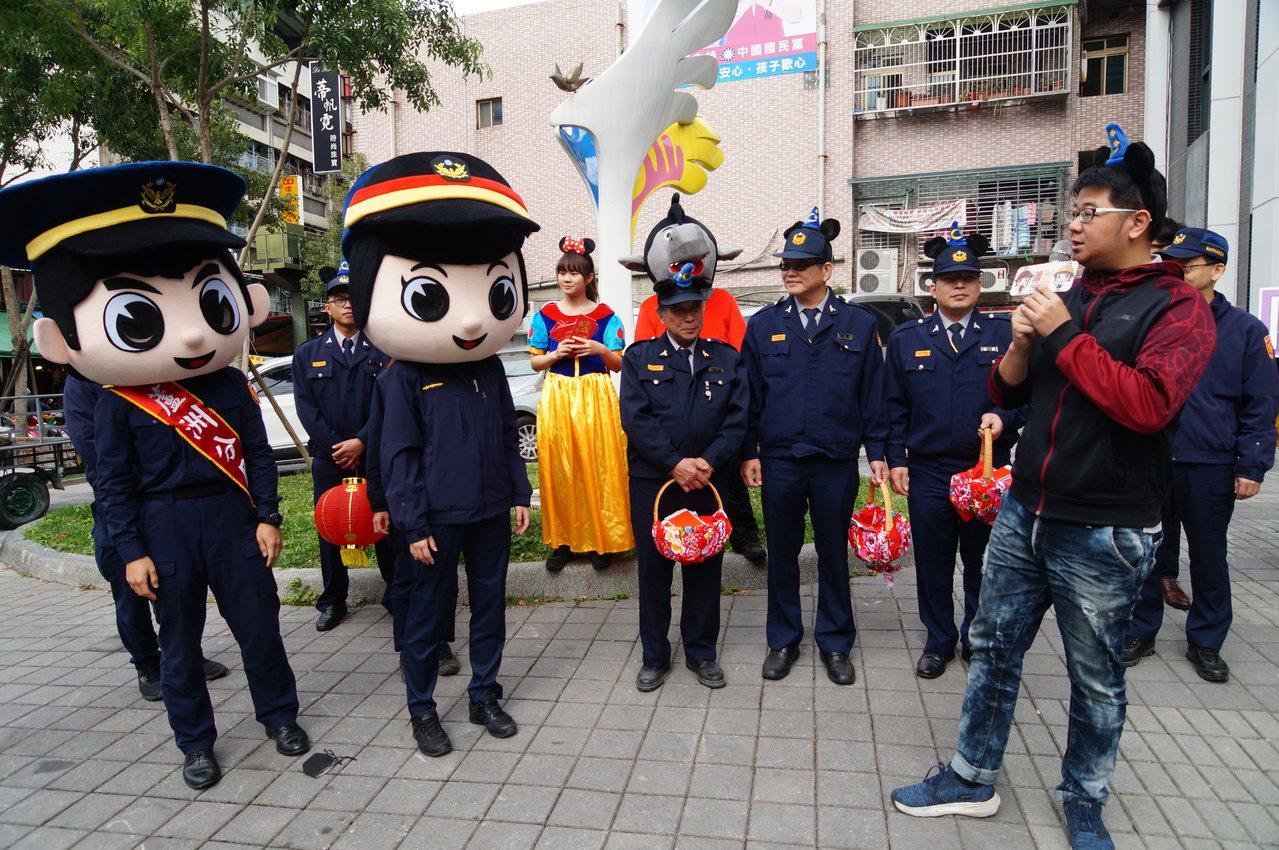 蘆洲警分局員警cosplay成白雪公主和大野狼,頭戴警察大頭娃娃到菜市場周邊遊街...