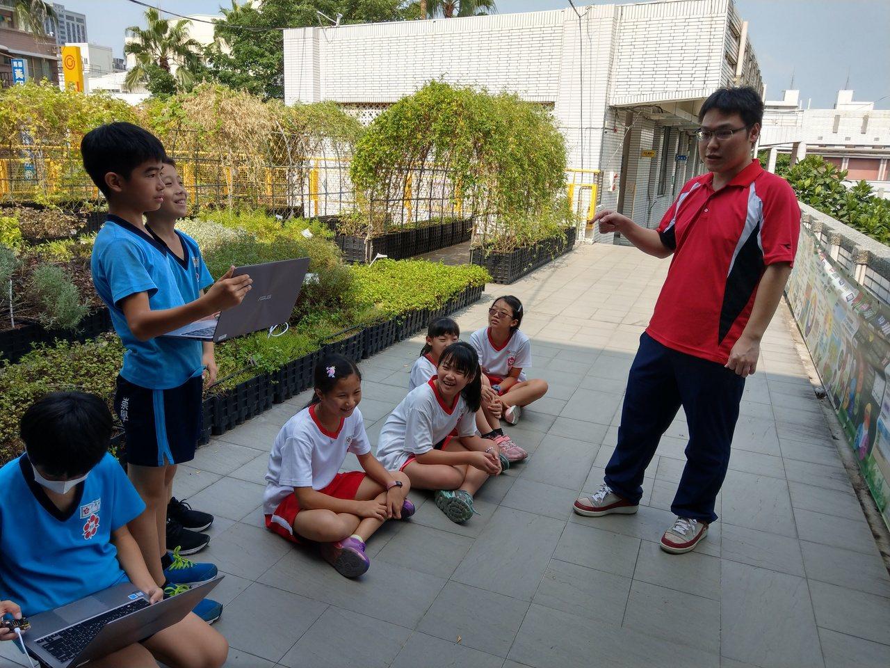 台南市崇學國小獲得教育部中小學行動學習推動計畫優良學校獎。圖/崇學國小提供