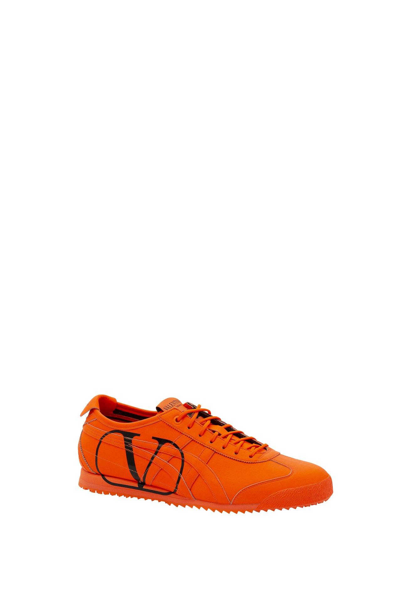 Valentino攜手日本時尚運動品牌Onitsuka Tiger合作,以著名的...