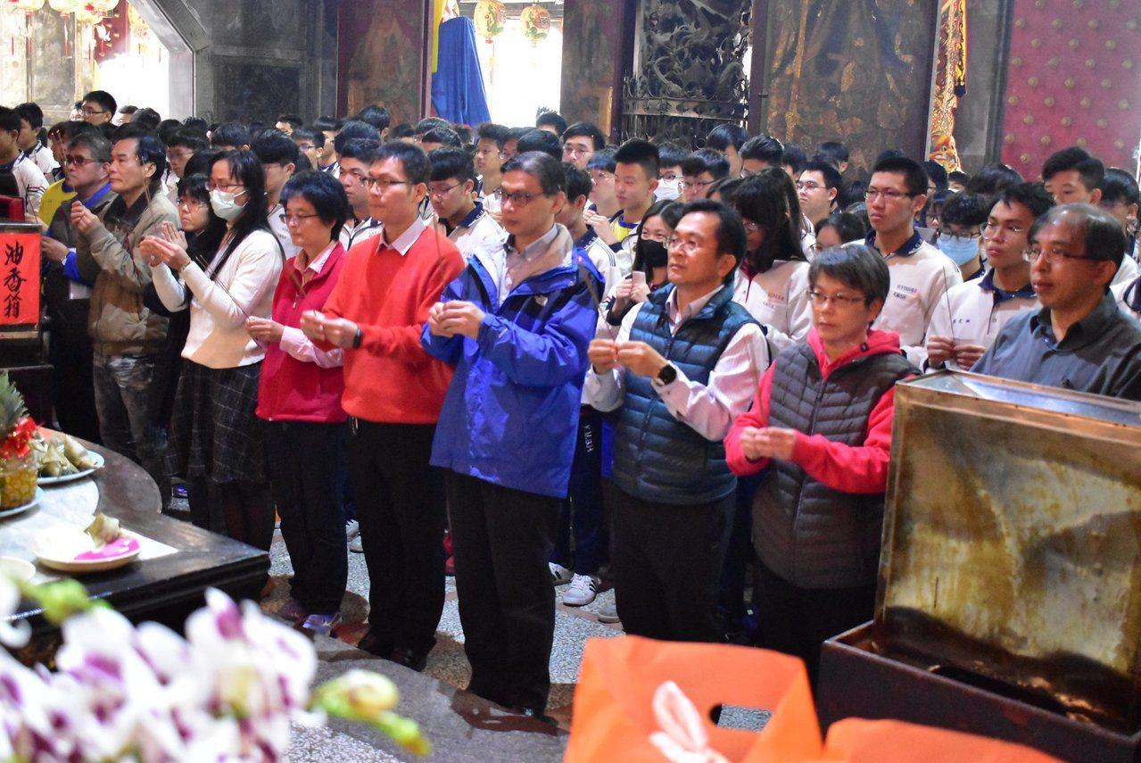 台南港明高中師生今天前往西港慶安宮祈求學測順利。圖/港明高中提供