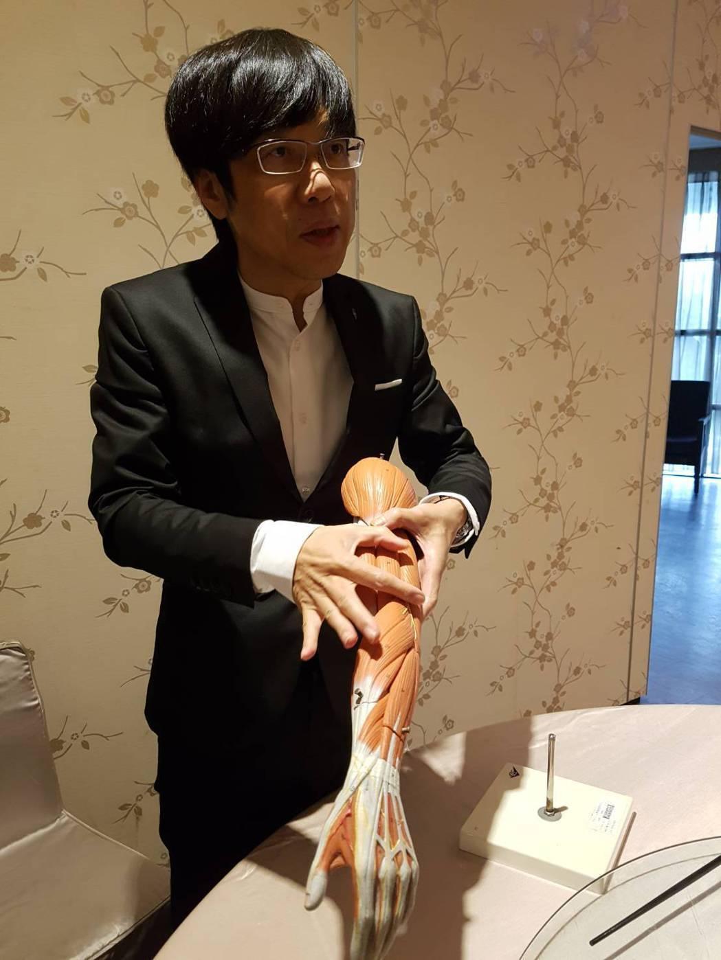 陳建成表示,整晚維持同樣睡姿壓迫到橈神經,可能造成手臂無法上舉。記者楊雅棠/攝影