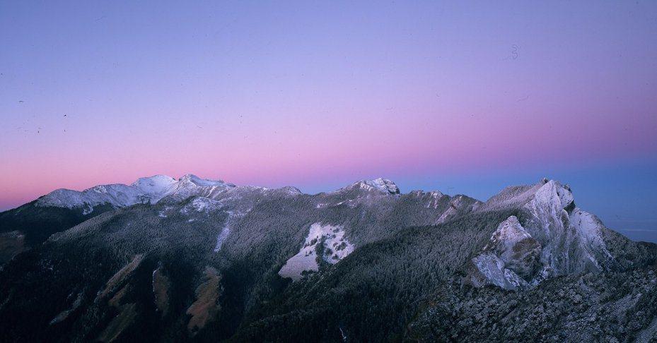 雪見遊憩區是聖稜線雪景最佳觀賞位置,日落時分伴著夕陽彩霞,尤其壯觀。 圖/雪霸國家公園管理處提供、安世中攝影