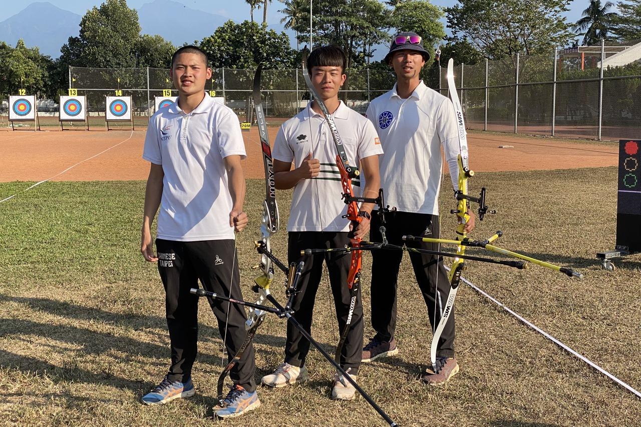 湯智鈞(左一)、魏均珩(右一)和和鄧宇成成東奧國手。記者曾思儒/攝影
