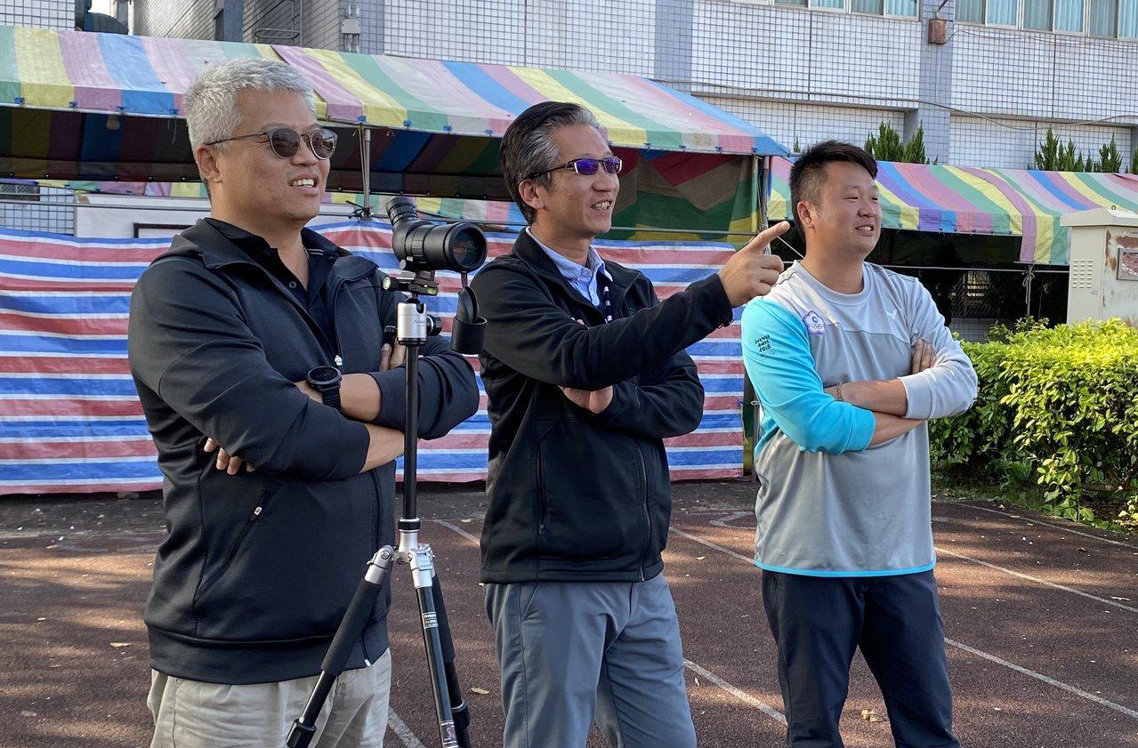 中華射箭隊教練團總教練林政賢(左一)、倪大智(中)和劉展明,東奧選拔賽在場邊觀戰...