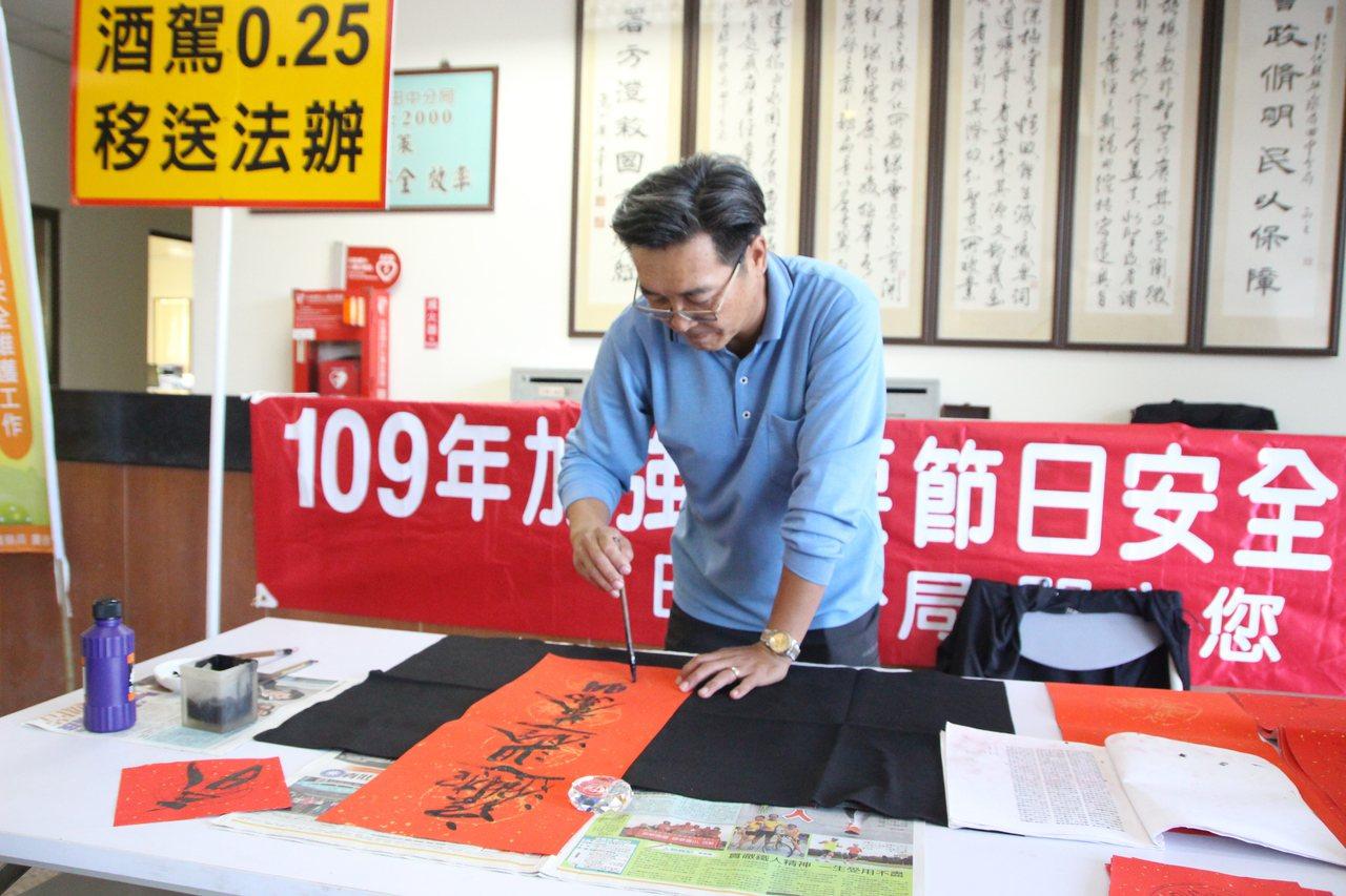 田中分局47歲巡佐謝秉辛寫得一手好字,受到歡迎。記者林敬家/攝影