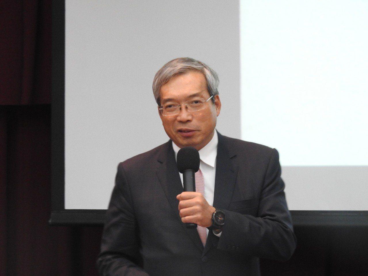 財信傳媒董事長謝金河15日演講提到,自己和韓國瑜很熟,但韓有個麻煩,就是「如果晚...