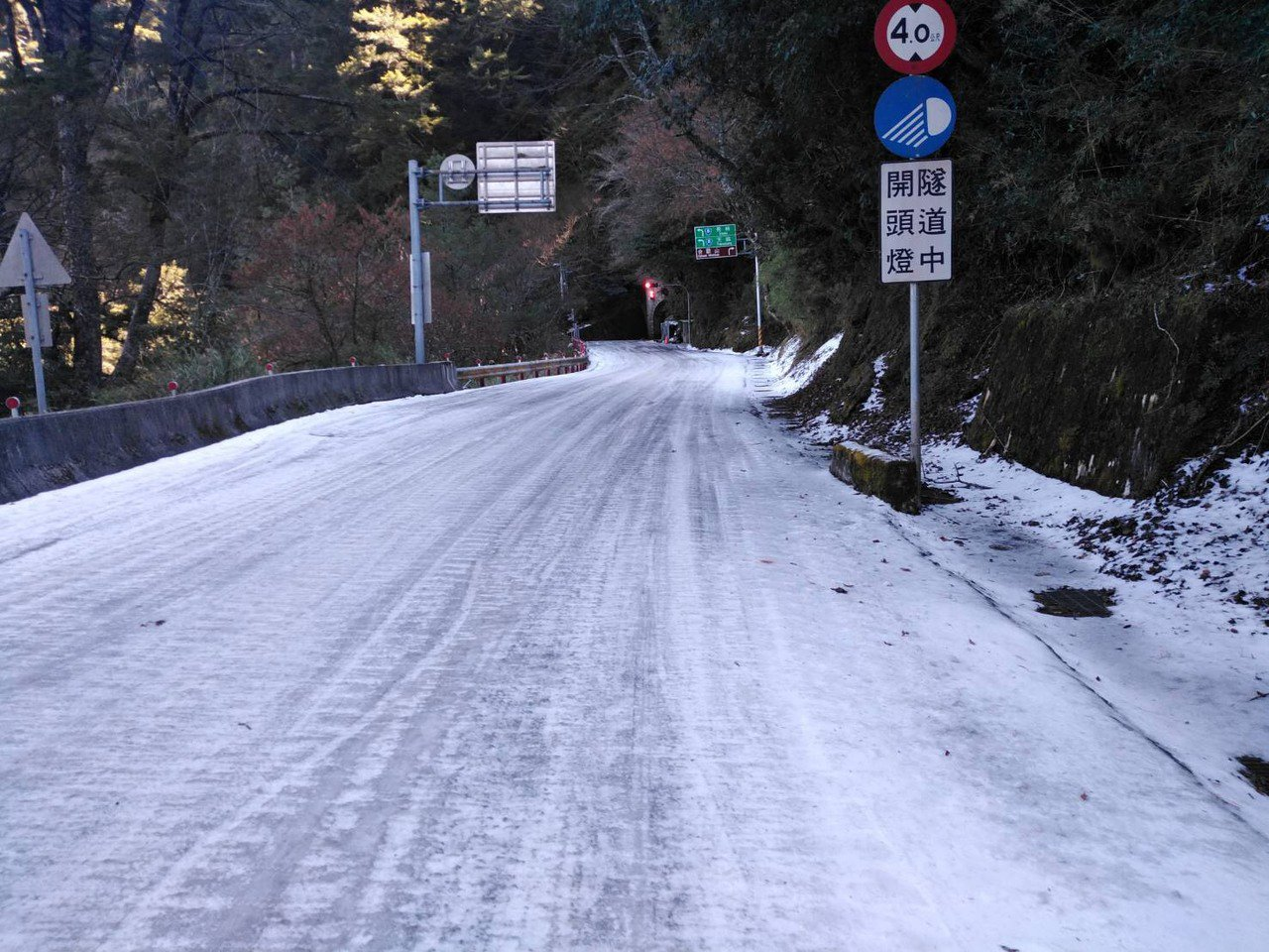 台8線大禹嶺路段合歡山隧道西口仍有500公尺結冰,夜間行駛風險很高。圖/谷關工務...
