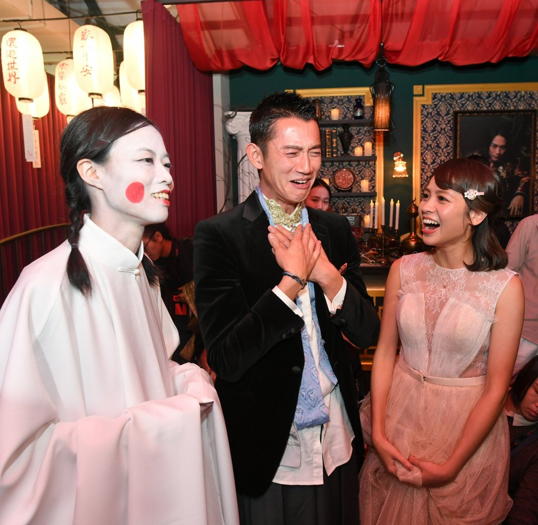 吳慷仁(左)、黃姵嘉參觀「彼岸之嫁」女僕帶領下參觀「麗蘭的婚禮」特展。圖/Net...