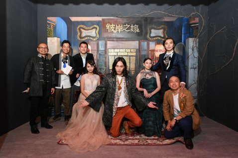 Netflix自製原創華語影集「彼岸之嫁」場景於台北華山文創展出,故事圍繞冥婚議題,演員們日前參觀曾經熟悉的場景,分享拍攝過程趣事,紀培慧原就屬於敏感體質,偏愛闖無人之地,導致突發胸悶,嚇得她趕緊換...