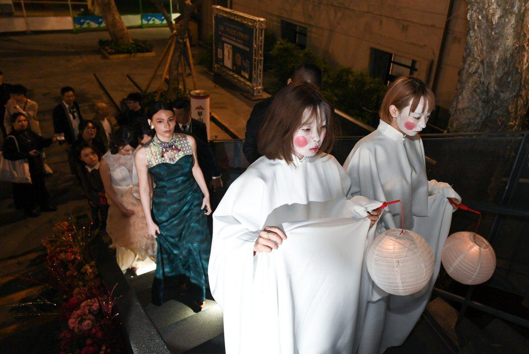 紀培慧在「彼岸之嫁」女僕帶領下參觀「麗蘭的婚禮」特展。圖/Netflix提供
