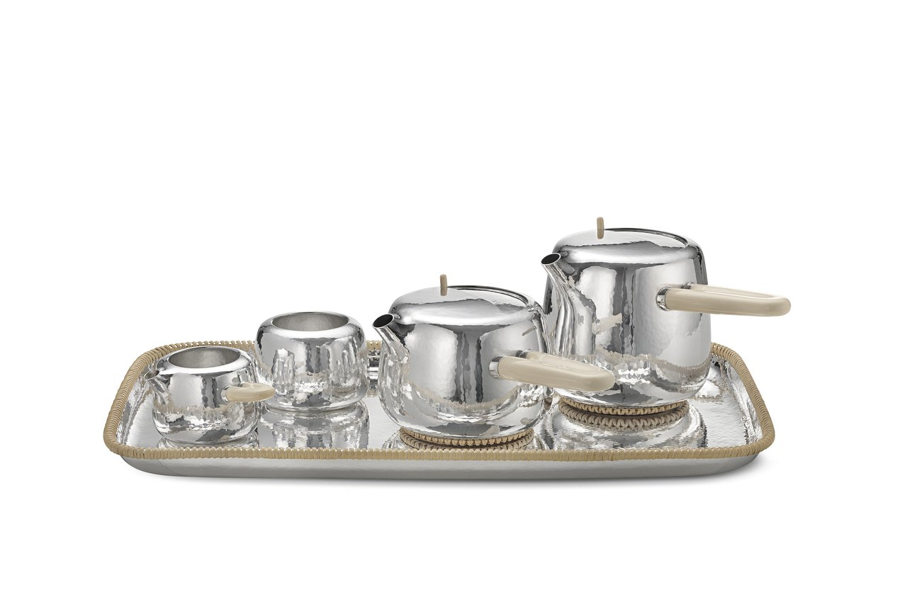 Marc Newson打造的茶具組,靈感來自他小時候與奶奶的下午茶時光,銀具並使...
