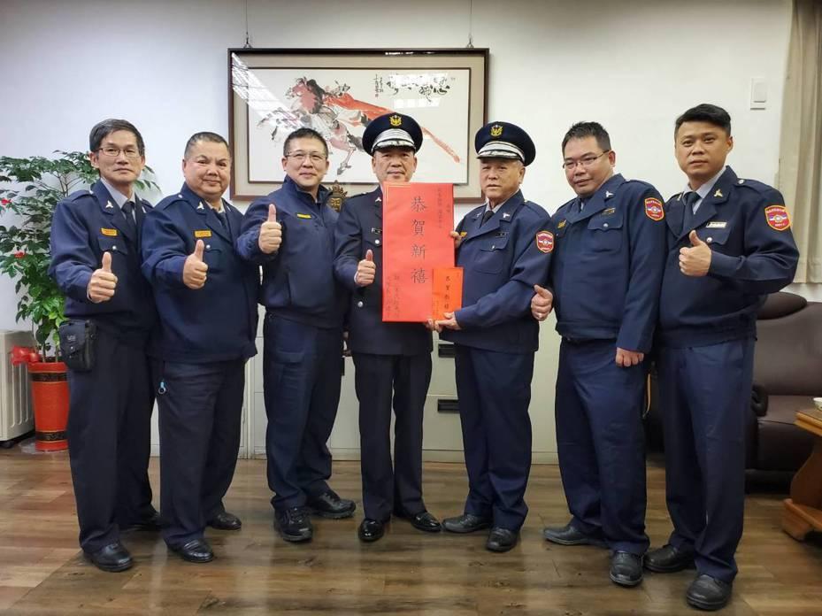 新北市三峽警分局在展開「加強重要節日安全維護工作」前夕,慰勞三峽民防中隊、義警中隊。圖/警方提供