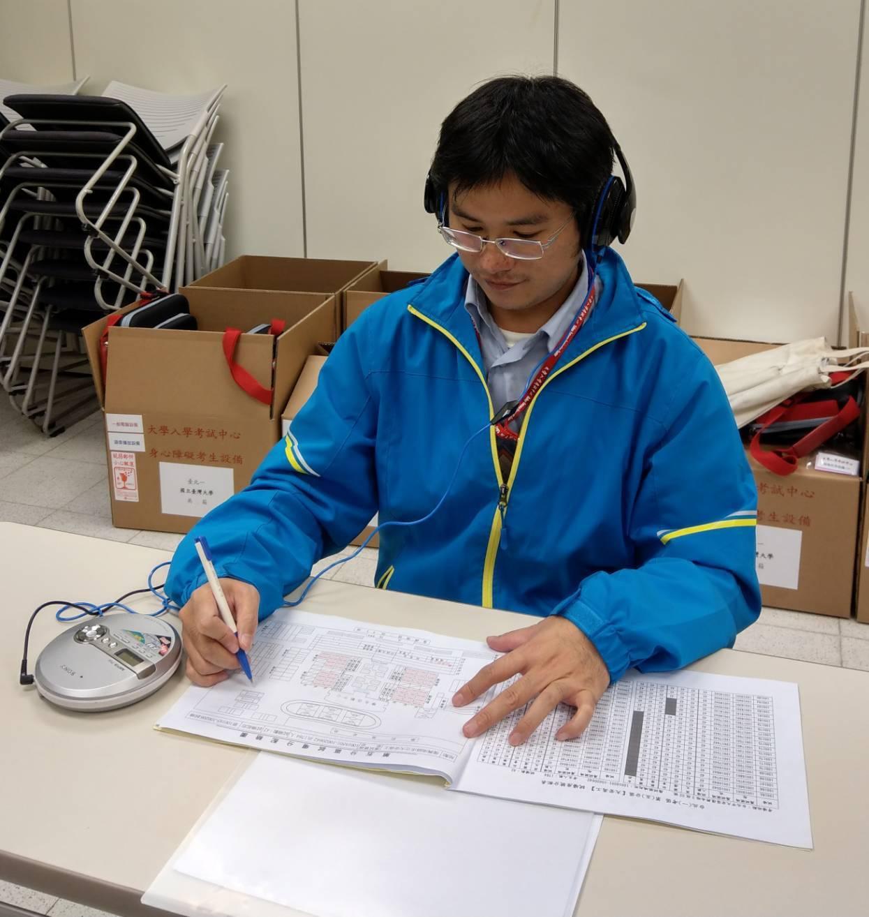 大學學測明天登場,今天下午開放考生查看試場,圖為台大身心障礙生考場試務人員測試語...
