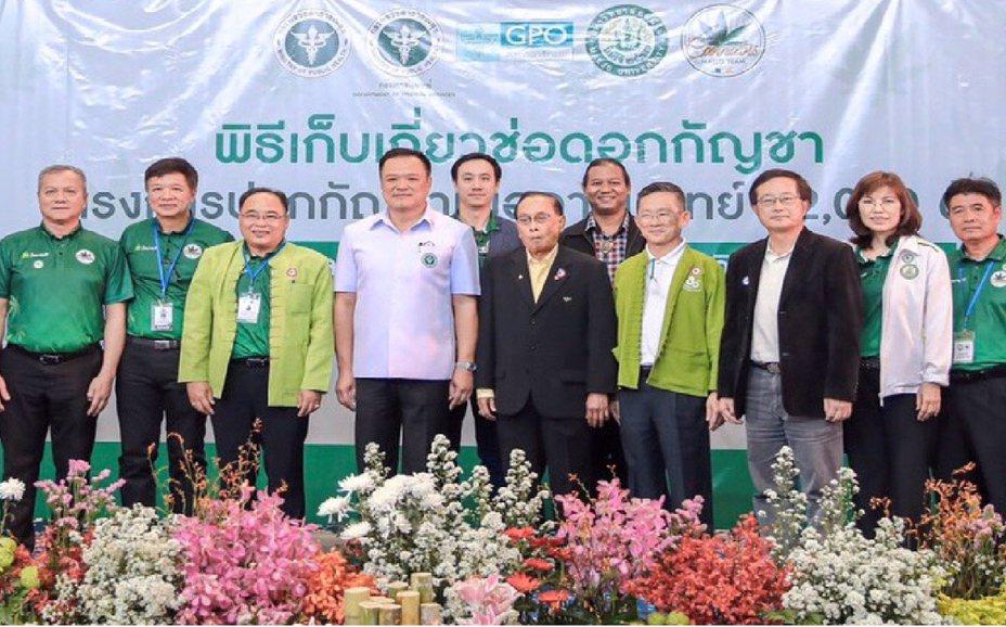 國立宜蘭大學校長吳柏青率師生到泰國學術交流,獲邀參加湄洲大學大麻研發中心用來研發醫療用途的「大麻花採收儀式」,吳柏青(右3)與泰國副總理Deputy Prime Minister(左4)同框。圖/宜蘭大學提供