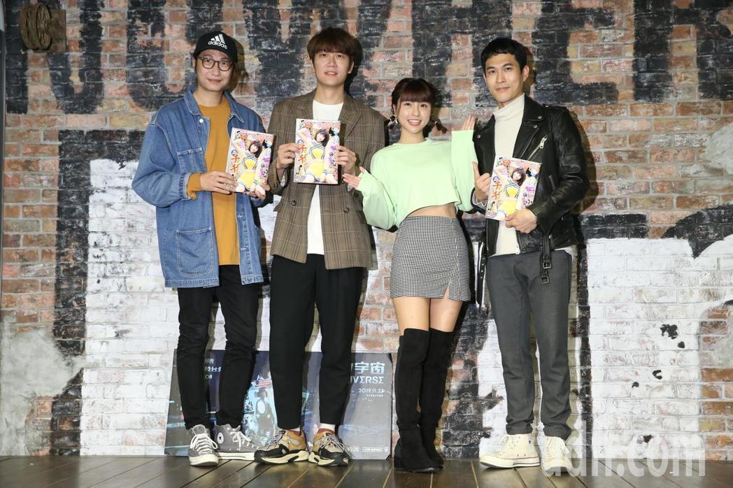 峮峮(右二)特別送上以自己為封面的日文雜誌替宇宙人打氣。記者林俊良/攝影