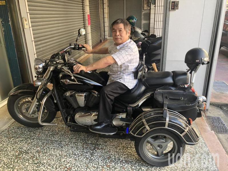 嘉義市民陳春華擁有改裝後的大型重型機車,卻無法考照。記者李承穎/攝影
