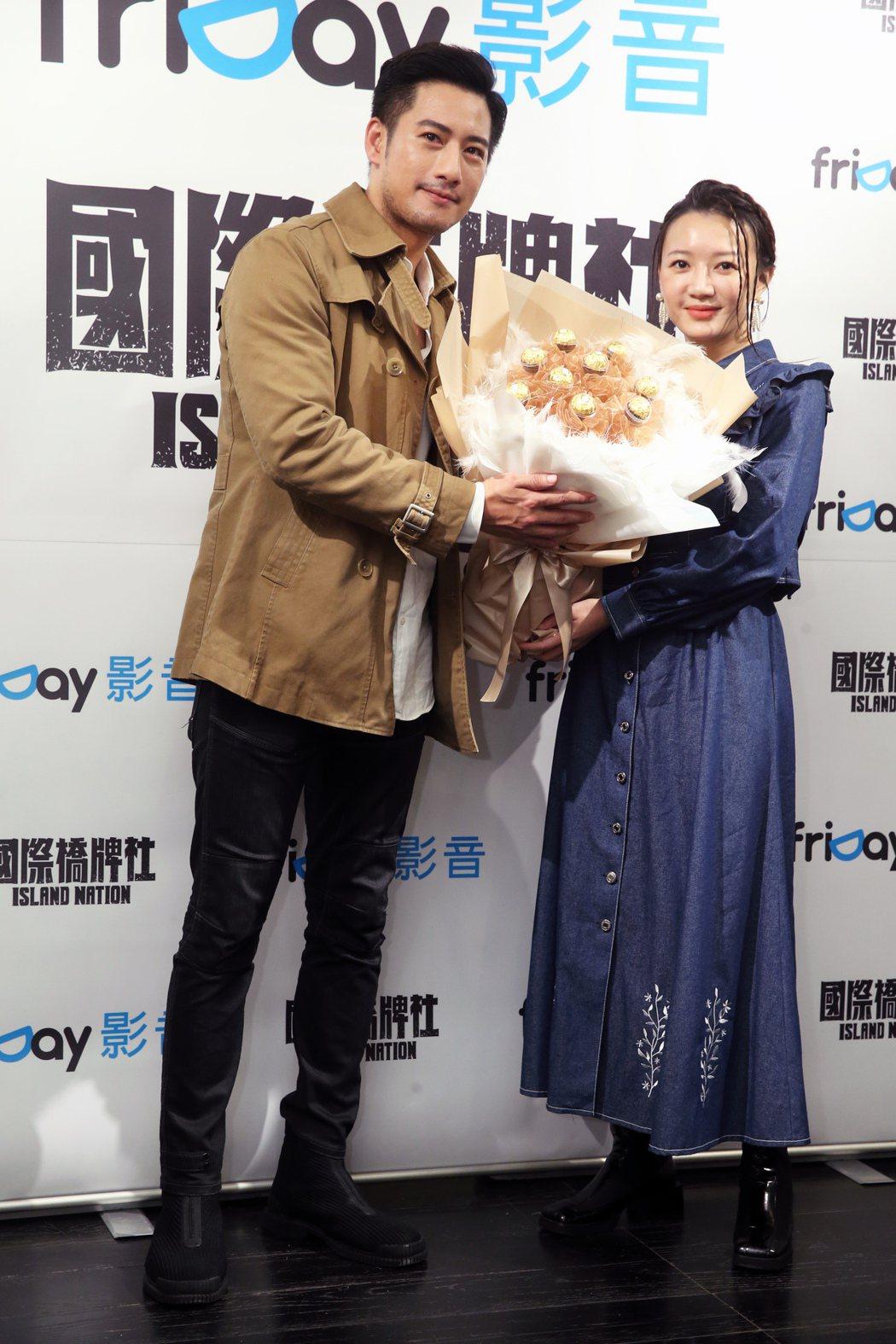 周孝安(左)、李杏重現戲中送金莎巧克力橋段,為主演的「國際橋牌社」宣傳。記者徐兆...
