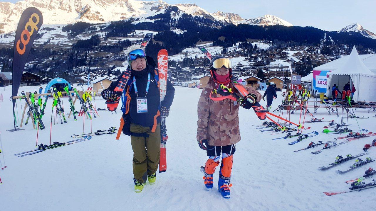 本屆參加阿爾卑斯式滑雪的李玟儀(右)與父親兼教練的李永德(左)。圖/中華奧會提供