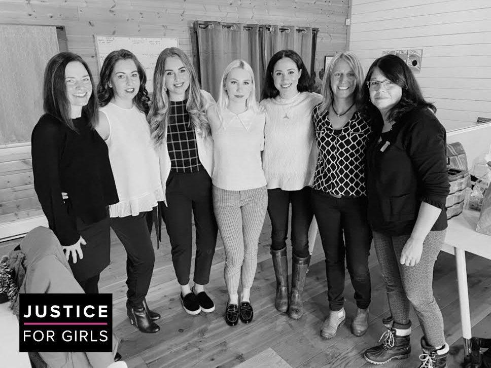梅根(右三)與溫哥華非營利團體 Justice for Girls人員合影。法新...