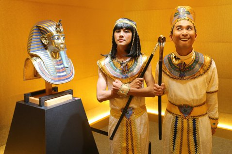 浩角翔起擔任「圖坦卡門-法老王的黃金寶藏特展」的導覽人,兩人搞笑穿起古埃及造型,回想8年前跟「食尚玩家」赴埃及拍攝金字塔,「白天60度的高溫,在地上打顆蛋就會立刻煎熟的狀態下連拍3個小時,至今難忘。...