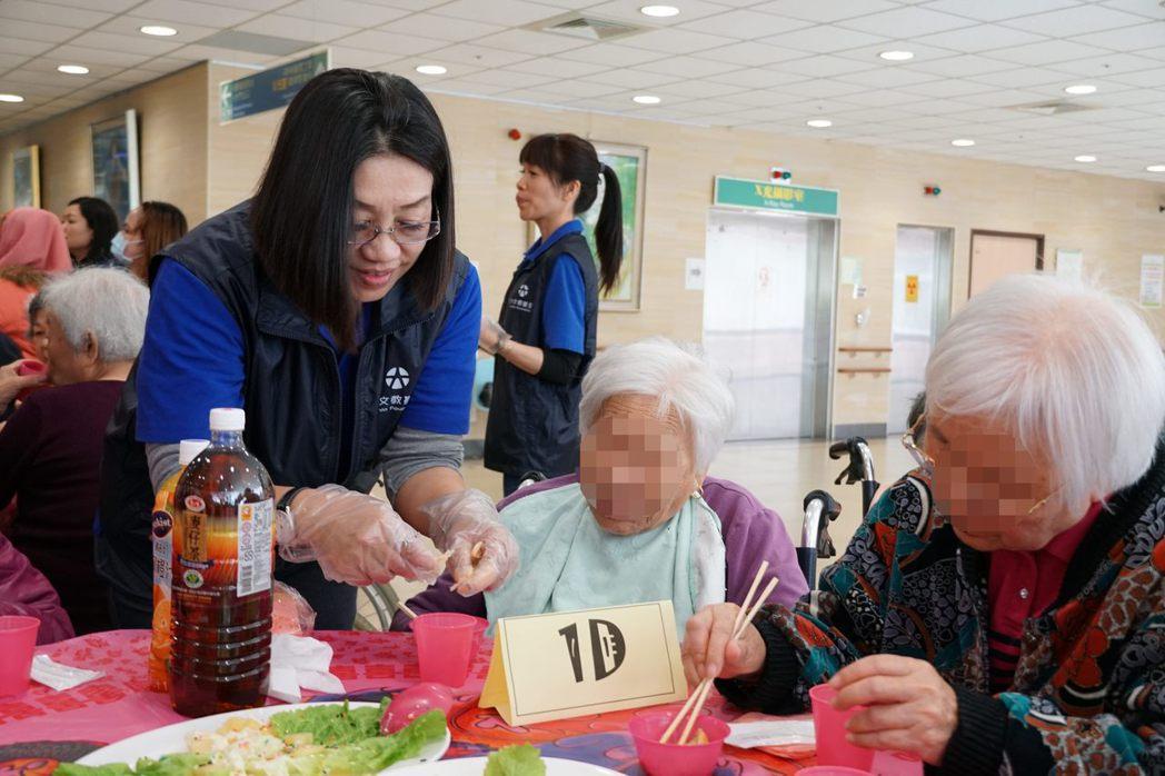 元大人壽志工們散布至每一桌為住民上菜分食,並趁空檔與他們聊天,為的就是他們能吃得...